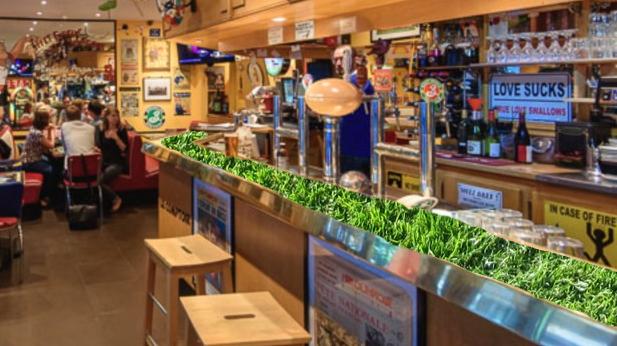 Et si Natural Grass proposait des partenariats avec les bars sportif des grandes villes pour couvrir leur comptoirs de gazon?