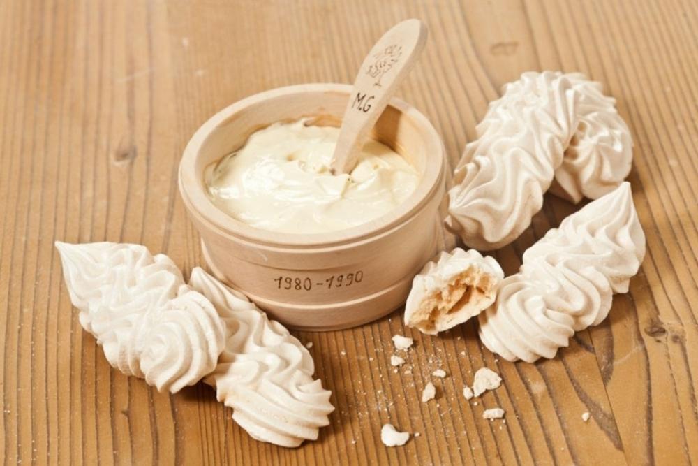 Et si comme une des spécialités Suisse, il était question de crème double surmontées de meringues...Pis 2-3 myrtilles ? (À tomber raide!)