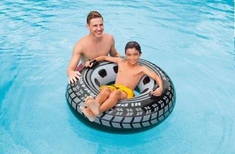Et si Michelin offrait gratuitement des bouée pneus sur les plages ? Ça leur ferait de la pub et les enfants seraient contents !
