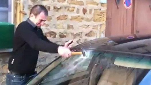 Et si une pub avec quelqu'un qui souhaite briser la voiture de son voisin plusieurs fois et ne comprends pas comment il n'y a pas de fissure