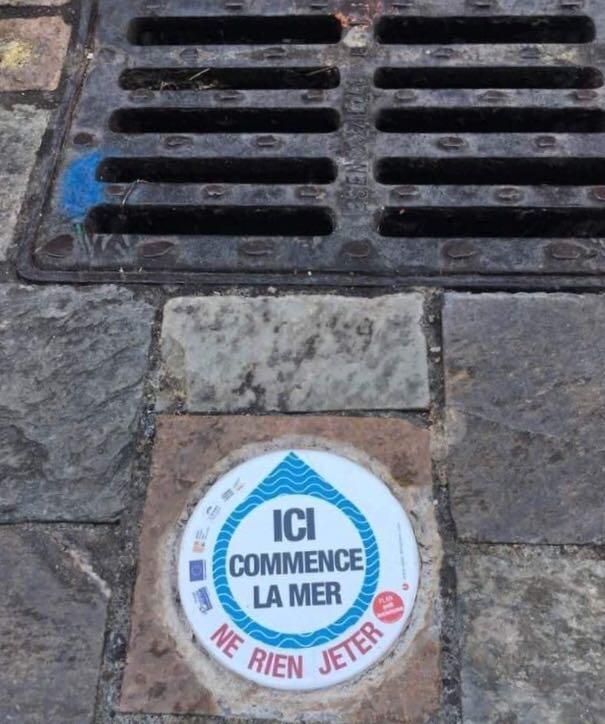 Et si ce genre de plaque était systèmatiquement apposé devant les bouches d'égouts pour sensibiliser les gens qui y jettent leurs mégots ?