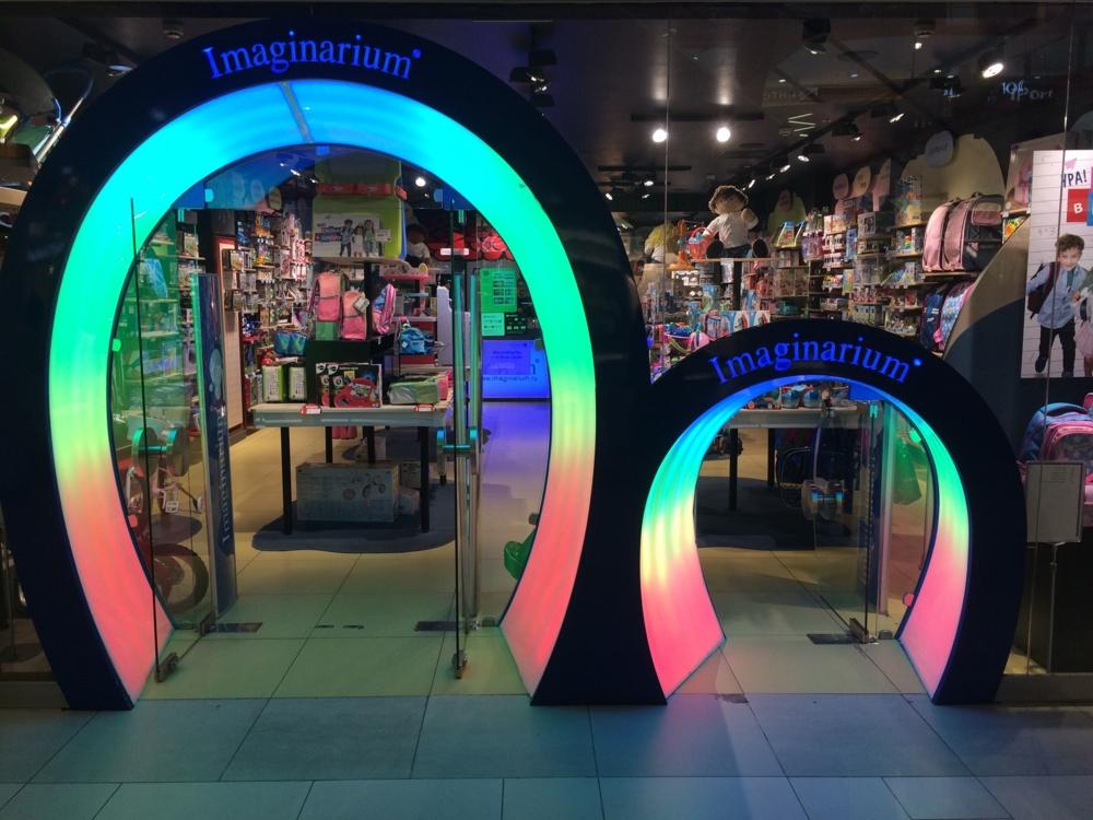 Et si les magasins de jouets étaient conçus aussi pour les enfants un peu comme cette entrée pour les grands et les petits (vue en Russie).