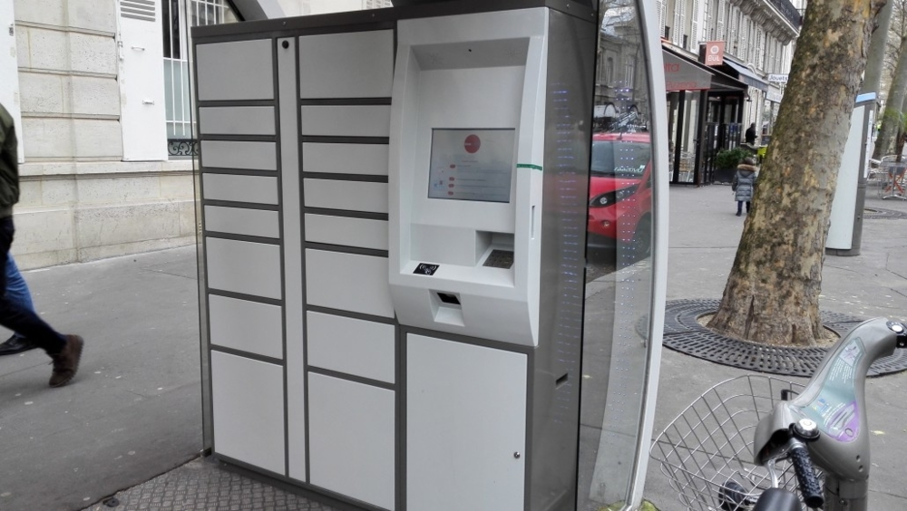 Et si la Sncf aménageait certains abris de bus en distributeur points relais? (casiers à code sur le même principe que dans les gares)