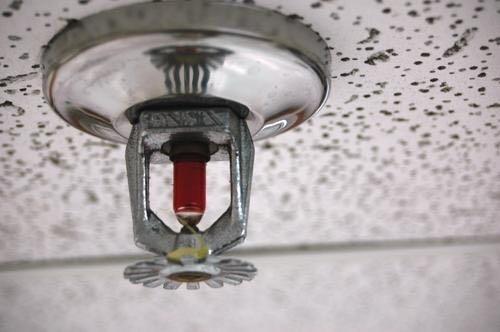 """Et si la Sncf équipait les quais de ses gares avec de superbes extincteurs automatiques (""""sprinklers"""") qui doucheraient les contrevenants ?"""