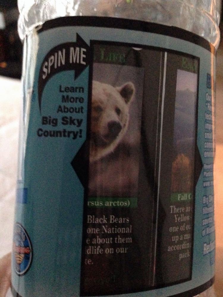 Et si Danone proposait des bouteilles avec 2 étiquettes glissant l'une sur l'autre pour montrer des images :Ours et paysage de Yellowstone