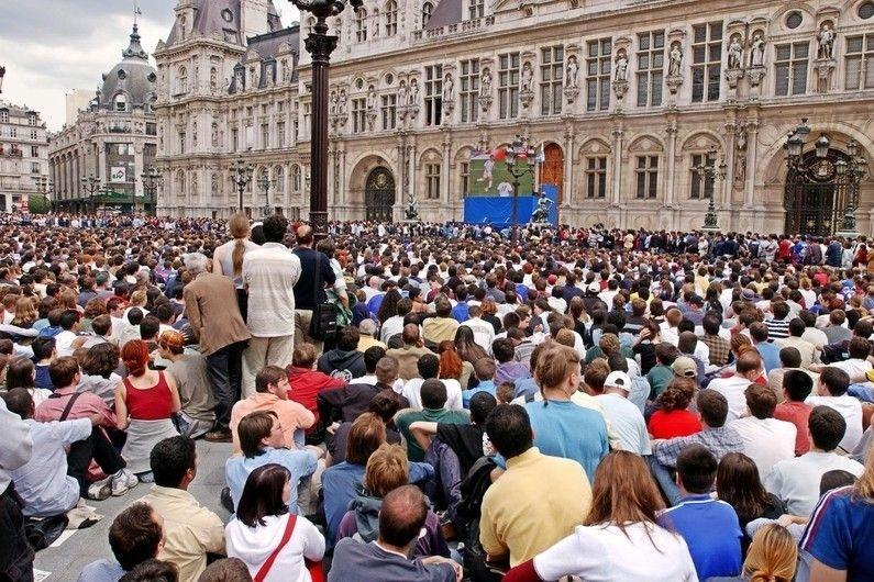Et si la Ville de Paris mettait à disposition des transats en plus de l'écran géant à l'hôtel de ville ?