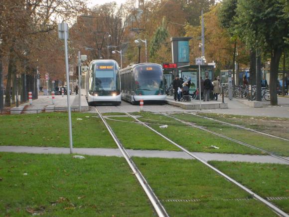 Et si le concept des voies de tram vertes de Strasbourg (CTS) se généralisait partout ailleurs comme à Paris ?