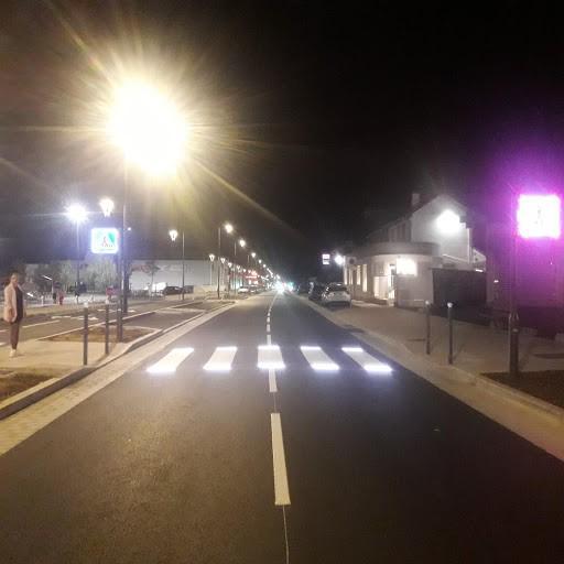 Et si quand on souscrit chez Allianz, on participe à un fond afin de généraliser/développer des passages piétons avec des bandes lumineuses (avec des LED par exemple) ? Elle marcherait avec l'énergie de frottements de nos pas afin de ne pas dépenser encore plus d'énergie dans nos villes et village.