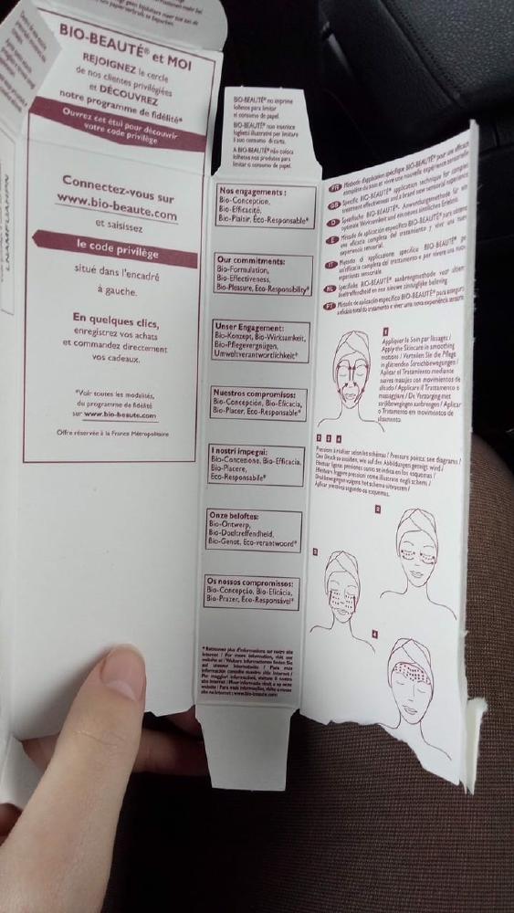 Et si les marques de cosmétiques et de médicaments prenaient exemple sur cette photo pour imprimer leurs notices au verso des emballages carton ? Comme ça, moins de papier, plus d'environnement :)